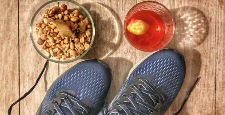 Un paio di scarpe e del cibo